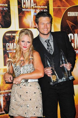 Miranda a Blake se svým úlovkem z CMA Awards