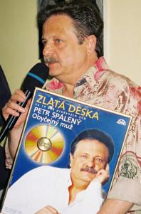 Petr Spálený přebírá Zlatou desku za výběr Obyčejný muž (Foto: Jiří Konc)