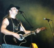 Petr při svém vystoupení na Stodole Michala Tučného 2002 v Hošticích