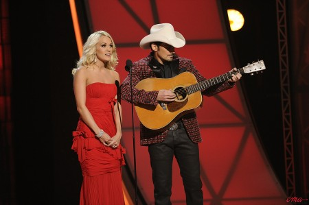 Brad Paisley a Carrie Underwood jako průvodci CMA Awards 2012 - 1.11.2012, Bridgestone Arena, Nashville (Foto: CMA)
