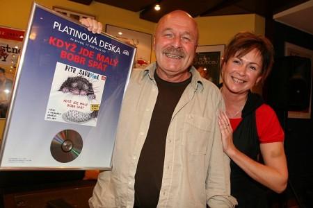 Petr Skoumal s manželkou Ilonou Svobodovou s platinovou deskou Supraphonu (Foto: Martin Kubica / Supraphon)